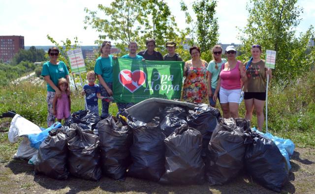 Активисты фонда «Эра добра» убрали от мусора территорию садов у пляжа у пензенской больницы №6.