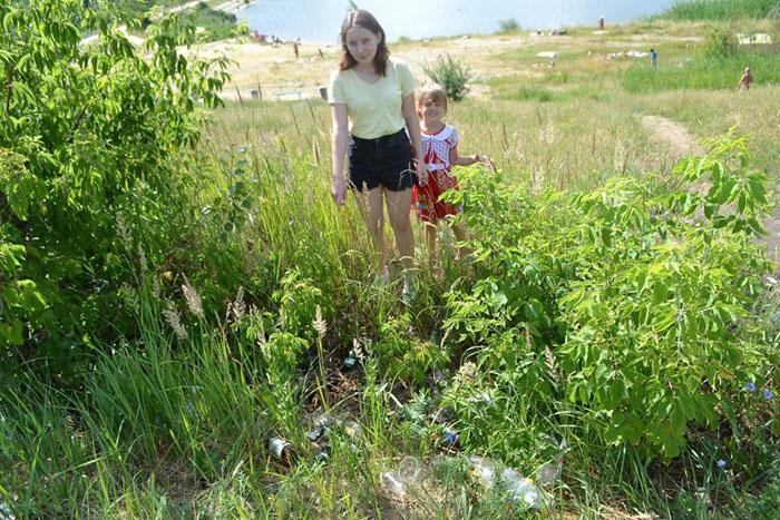 """Активисты Благотворительного фонда """"Эра добра"""" провели экологический рейд в рамках работы молодёжного экологического движения «Зелёная волна» около пруда горбольницы №6"""