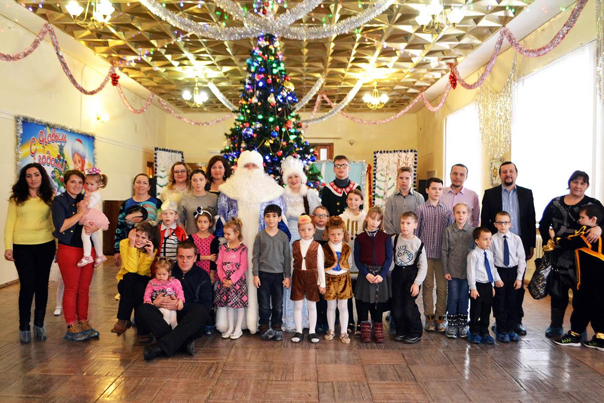 Благотворительный фонд «Эра добра» ежегодно проводит рождественскую благотворительную елку для детей из многодетных и малообеспеченных семей, а также для детей-инвалидов.